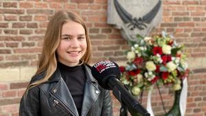 Esmée Drentje bij het monument van burgemeester Louis Ficq.jpeg