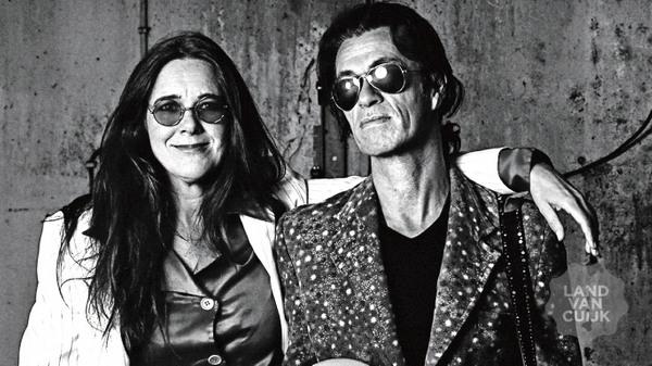Zangeres Beatrice van der Poel en gitarist Erwin van Ligten in Theater De Steenakker